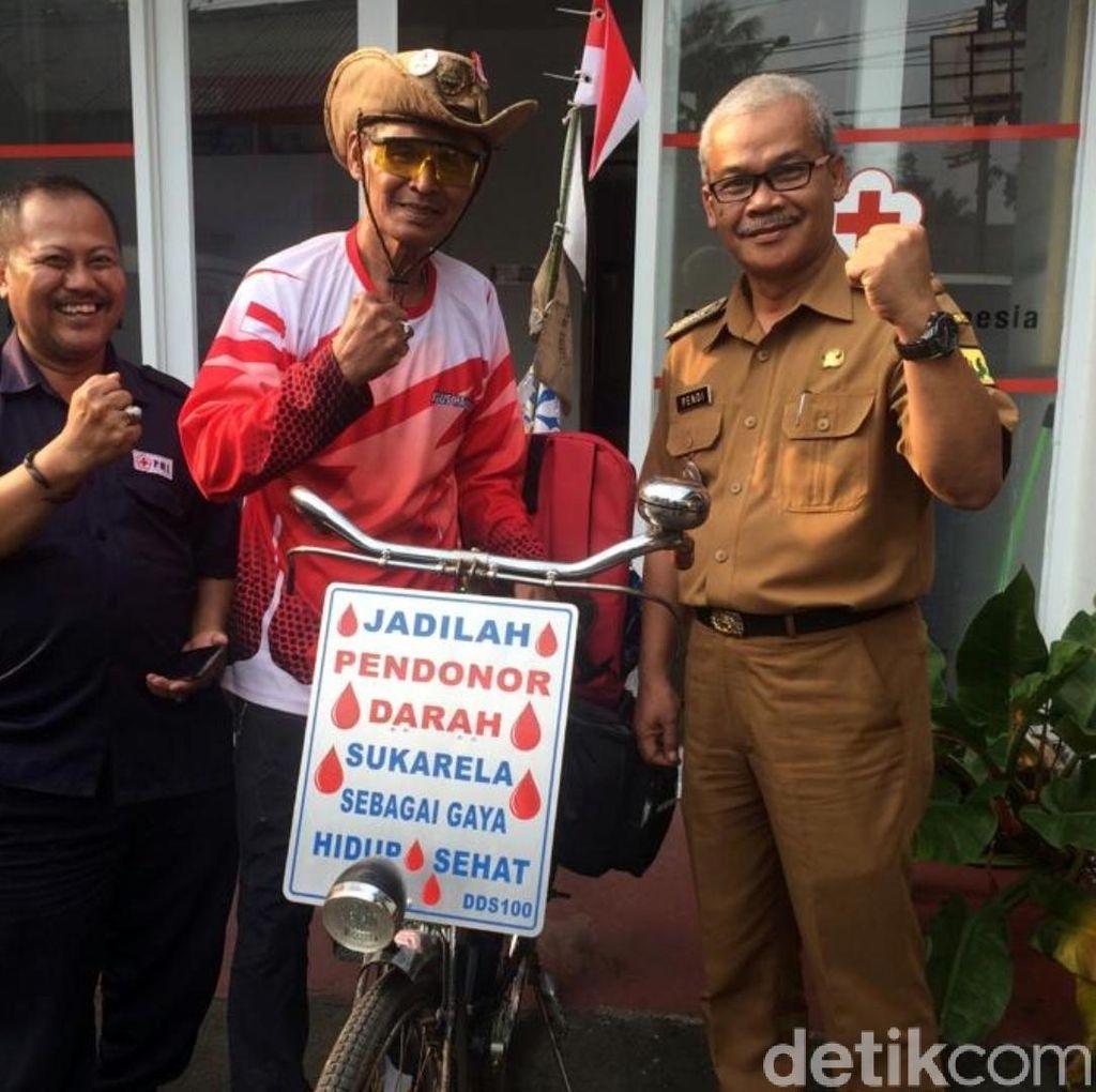 Kampanye Donor Darah, Pria Paruh Baya Gowes Sepeda Bandung-Jakarta