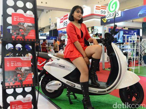 Model berpose di atas motor listrik Viar Q1 pada pameran otomotif Gaikindo Indonesia International Auto Show (GIIAS) ke-27 tahun 2019 di ICE BSD, Tangerang, Banten, Selasa (23 /7/2019).