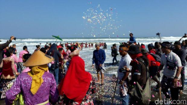 Labuhan Bekti Pertiwi Pisungsun Jaladri di Pantai Parangkusumo, Bantul.