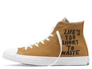 Menteri Susi Pakai Sneakers dari Botol Plastik Bekas, Ini Harganya