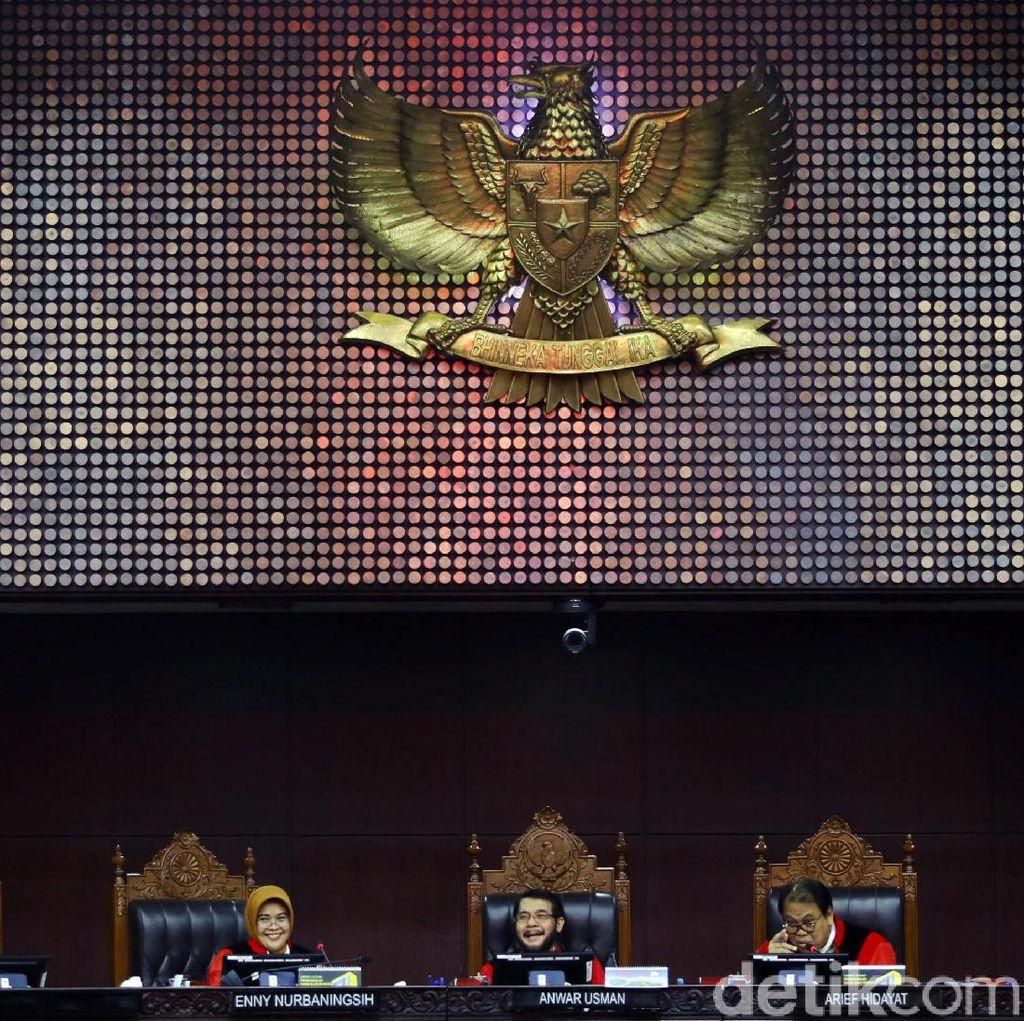 Canda Hakim MK Periksa Saksi Via Teleconference: Harus Teriak-teriak Ini