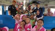 Seru! Puluhan Anak Naik Kereta Gratis di Purwokerto