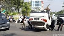 Diduga Pengemudi Ngantuk, Sebuah SUV Terbalik di Depan Waduk Unesa