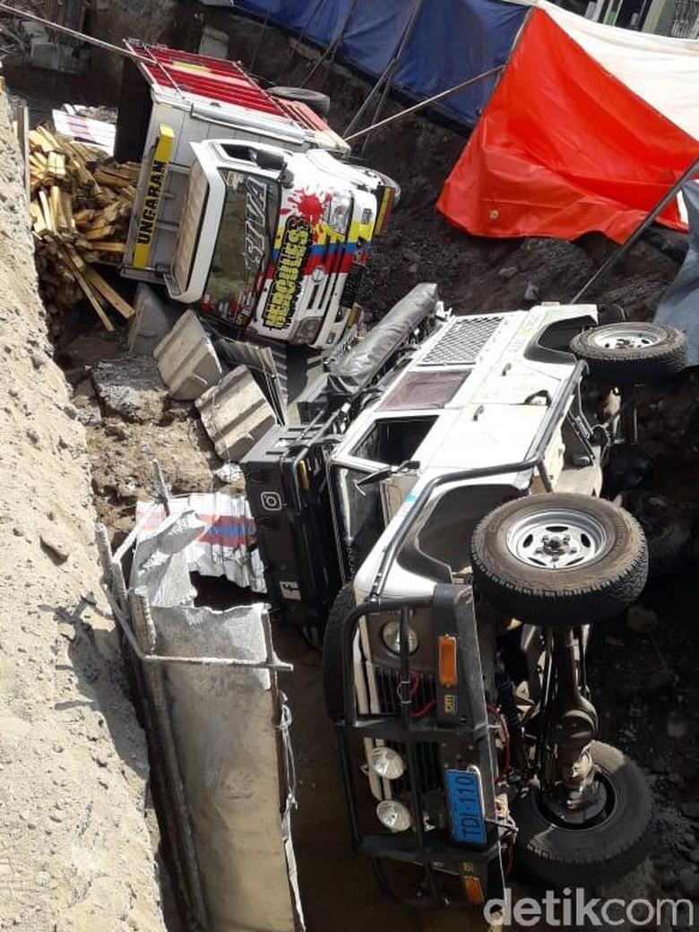 Dua Kendaraan Terguling di Proyek Underpass Kentungan Sleman
