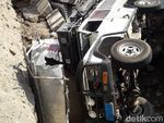 Truk & Land Rover Terperosok ke Galian Underpass, Polisi Turun Tangan