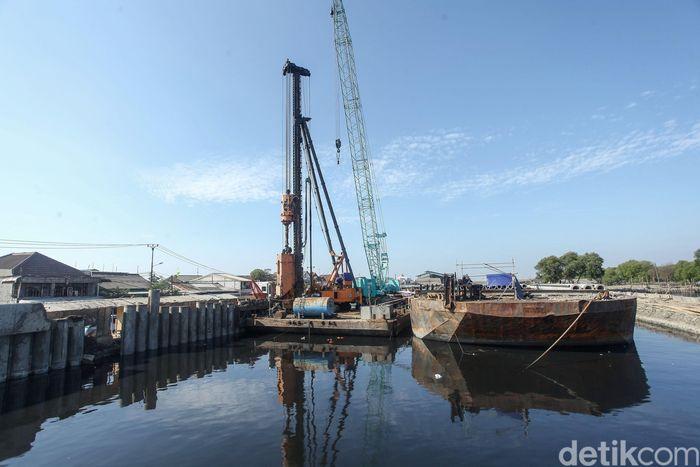 Alat berat terus bekerja membangun tanggul pengamanan pantai di Kamal Muara.
