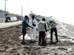 Pertamina Bersihkan Tumpahan Minyak di Pesisir Pantai Karawang