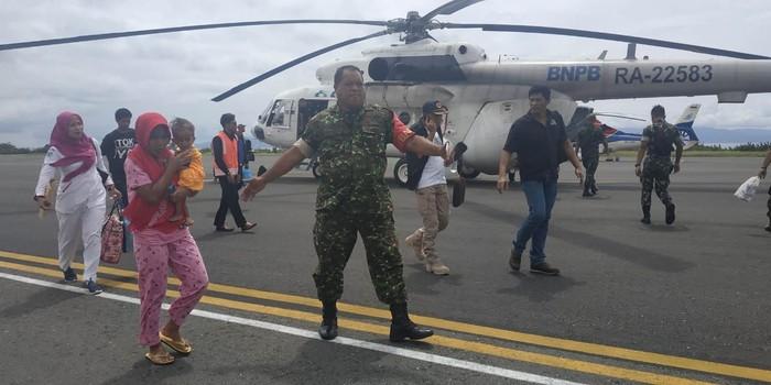 Balita tanpa anus, M Arief, dievakuasi dari Desa Papaceda. (Dok Istimewa)