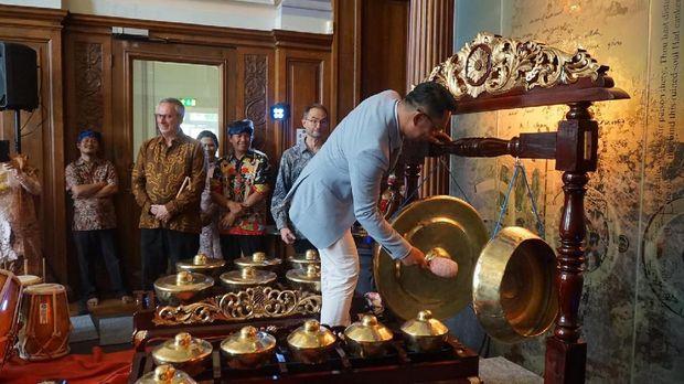 Gubernur Jawa Barat, Ridwan Kamil, baru saja meresmikan sudut seni budaya Sunda di Pusat Kebudayaan Bracknell, Inggris.