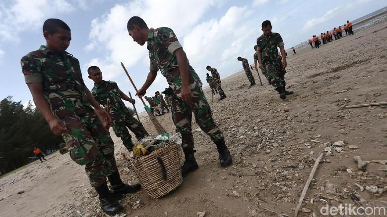 Aksi TNI-Polri Bersihkan Pantai Lamaru di Balikpapan