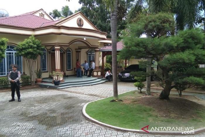 Kediaman Gubernur Kepri nonaktif Nurdin Basirun yang digeledah KPK (Foto: Antara Foto-Daud)