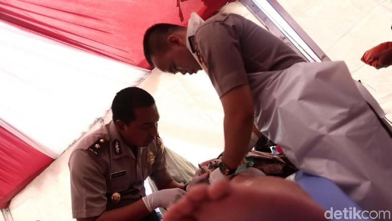 Melihat Pak Polisi Mengkhitan Anak-anak