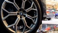 Dari segi dapur pacu, BMW X7 yang dipasarkan di Indonesia adalah xDrive40i yang dibekali mesin 3.0 liter enam silinder BMW TwinPower Turbo dikawinkan dengan transmisi Streptonic Sport - 8 Percepatan