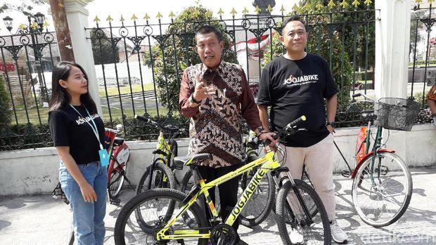 Wali Kota Yogyakarta, Haryadi Suyuti luncurkan sepeda listrik di Malioboro.