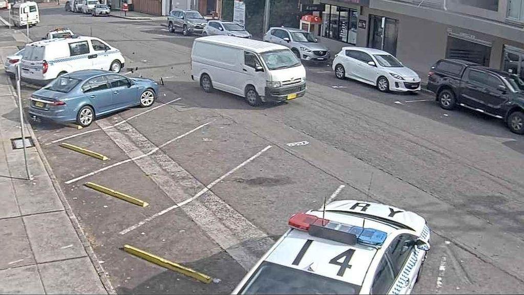 Pengemudi Ceroboh Tabrak Mobil Polisi, Sabu Rp 1,9 T Jadi Ketahuan