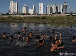 Keceriaan Anak-anak Bermain di Kanal Banjir Barat