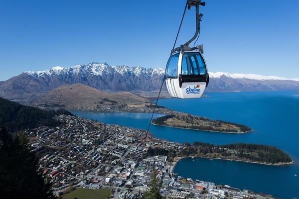 SkylineQueenstown adalah kereta gantung paling curam di Selandia Baru yang akan membawa traveler ke ketinggian 450 meter di atas Kota Queenstown yang cantik. Anak minimal usia 5 tahun sudah bisa menikmatinya (Tourism New Zealand)