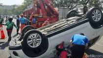 SUV Terbalik di Depan Waduk Unesa, Dua Orang Luka