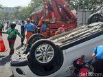 Detik-detik SUV Terbalik Usai Tabrak LCGC dan Pikap Tambal Ban