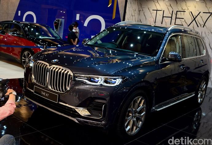 BMW memamerkan salah satu mobil terbaru mereka di pameran otomotif GIIAS 2019, yaitu BMW X7.