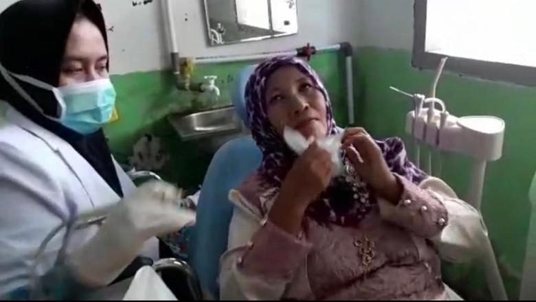 Melihat Aktivitas Bu Dokter di Sumbar yang Gagal Jadi PNS karena Disabilitas