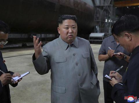 Kim Jong-Un saat menginspeksi kapal selam terbaru Korut