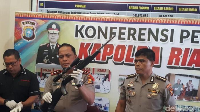 Kapolda Riau menggelar jumpa pers soal penembakan Satriadi. (Chaidir/detikcom)