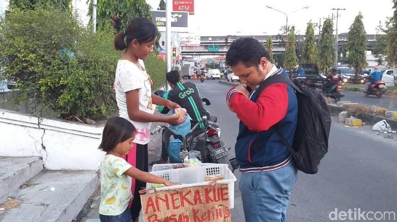 Sejak Viral, Kue yang Dijual Anak Sambil Gendong Adik Laris Manis