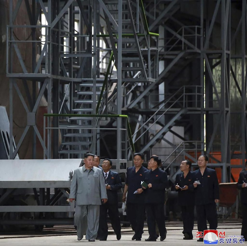 Kim Jong-Un Inspeksi Kapal Selam Terbaru Korut, Lokasinya Misterius