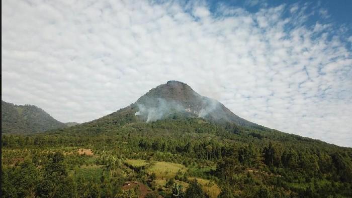 Asap putih masih tampak di atas Gunung Panderman. Pertanda kobaran api masih membara di gunung tersebut.