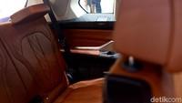 Tak hanya itu, BMW X7 juga menghadirkan kelapangan dengan tiga baris kursi berkapasitas enam penumpang.