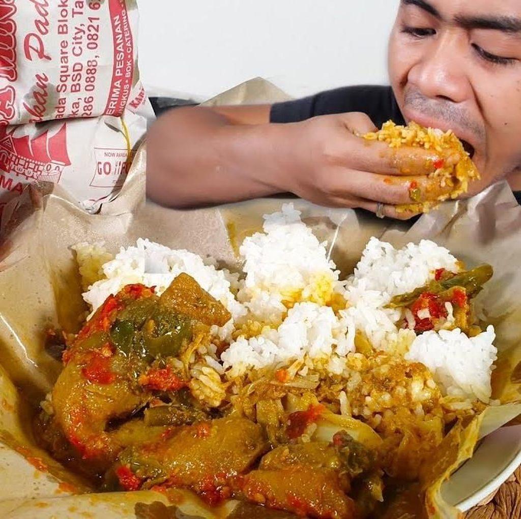 Gokil! Youtuber Ini Sarapan 4 Bungkus Nasi Padang Jumbo