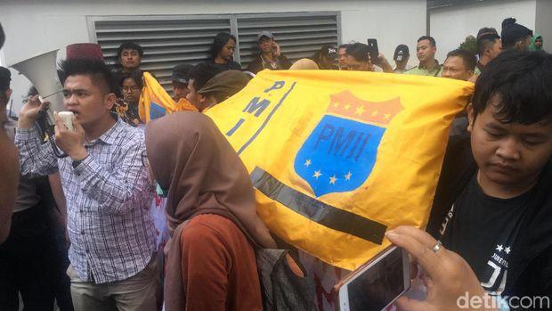 Demonstrasi sejumlah mahasiswa di kawasan Balai Kota DKI Jakarta, Selasa (23/7/2019)