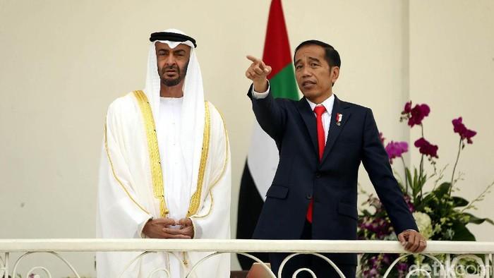 Presiden Joko Widodo gelar pertemuan dengan Putra Mahkota Abu Dhabi Sheikh Mohamed Bin Zayed Al Nahyan di Istana Bogor. Yuk, lihat momen kebersamaan keduanya.