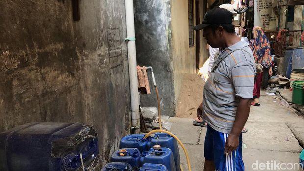 Waluyo penjual air bersih.