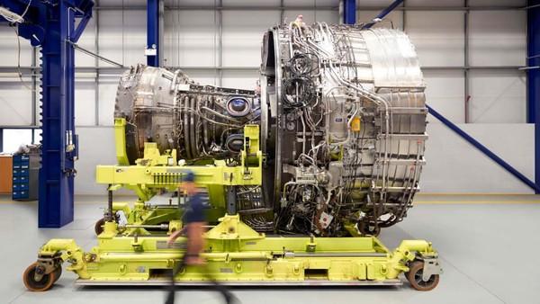 Salah satu langkah dalam foto ini adalah menggabungkan bagian combuster ke intercase. Intercase adalah tempat mesin dengan poros melewati yang terhubung ke gear box (Rolls Royce/CNN)