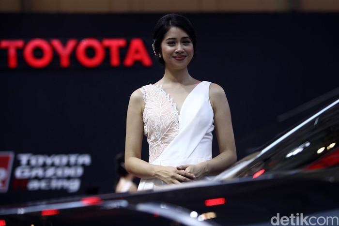 Acara GIIAS 2019 tak hanya memamerkan mobil-mobil keren, tapi juga SPG cantik yang menjadi pemanis acara. Booth Toyota salah satunya.
