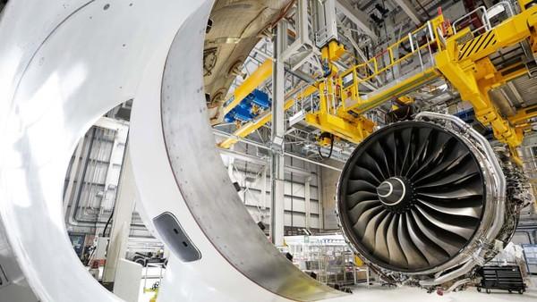 Ketika mesin siap untuk beroperasi akan dipisahkan, dibagi dua melalui mesin hidrolik. Mereka akan dibawa ke markas Airbus di Toulouse di Perancis dan siap menjadi bagian Airbus A350 XWB (Rolls Royce/CNN)