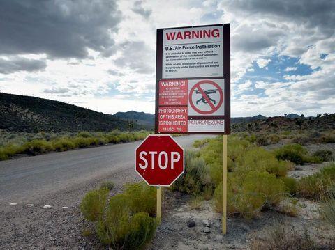 Papan peringatan di dekat Area 51 yang melarang publik untuk mendekat