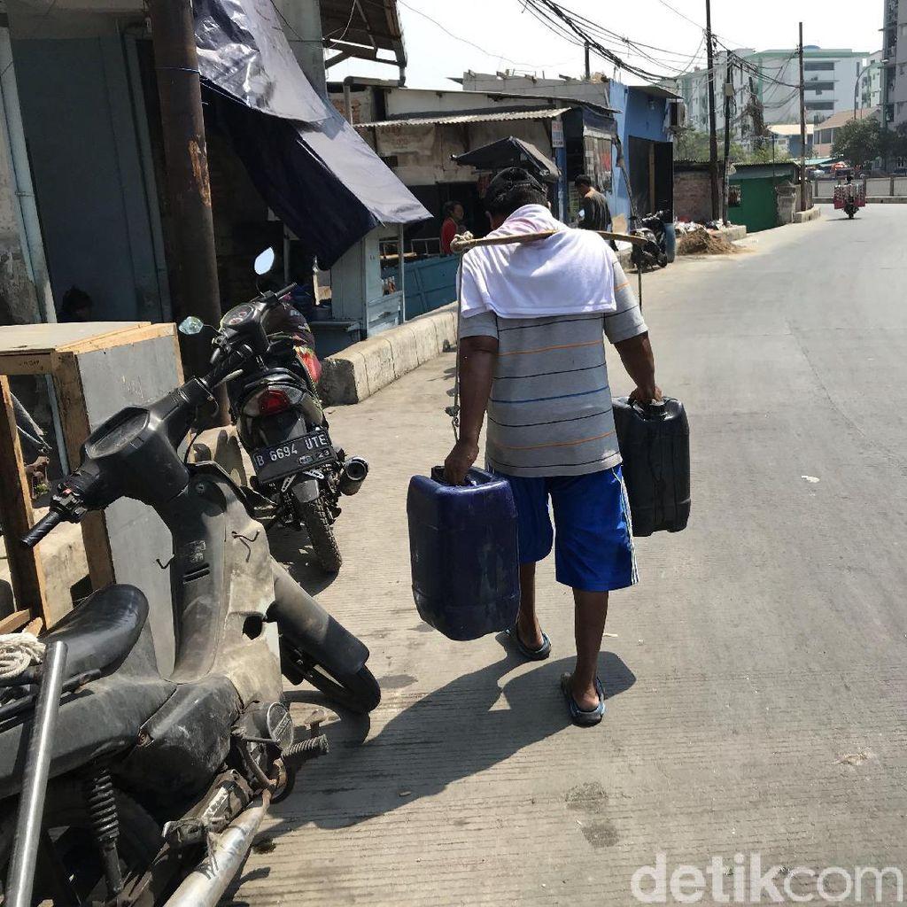 Cerita Waluyo Pikul 50 Jeriken untuk Warga Muara Baru yang Krisis Air Bersih