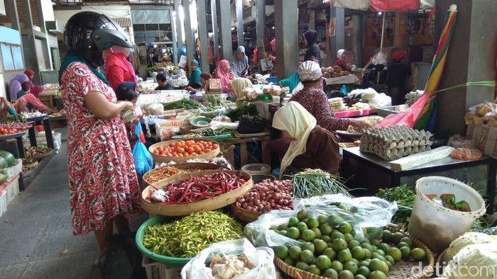 Foto: Harga Kebutuhan Pokok di Lampongan (Eko Sudjarwo/detikFinance)