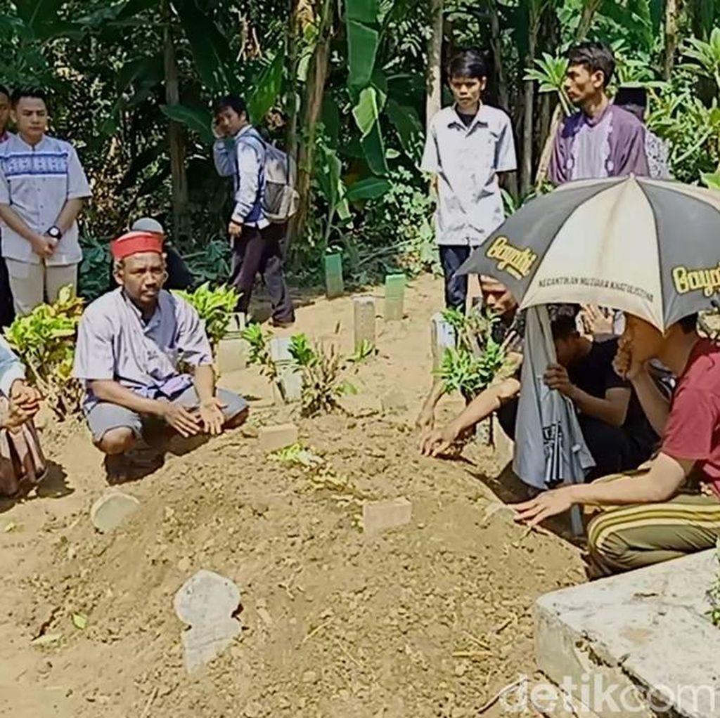 Isak Tangis Keluarga di Pemakaman Korban Wahana Perahu Gila Pekalongan