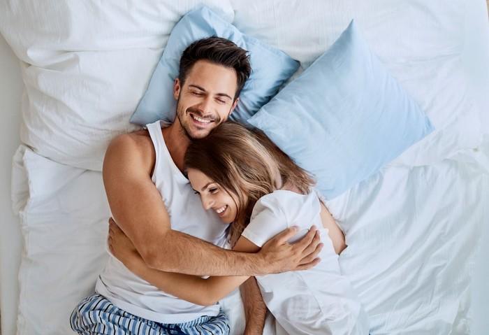 Ilustrasi pasangan berpelukan. Foto: iStock