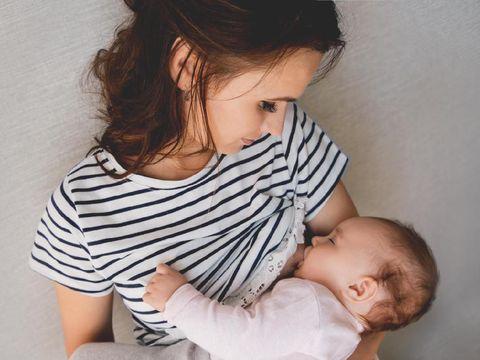 Ilustrasi seorang ibu yang menyusui anaknya