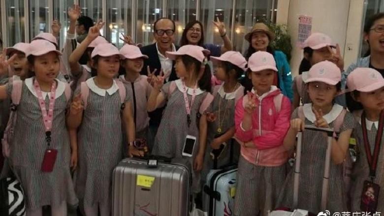 Li Ka Shing bertemu dengan anak-anak di Jepang (dok. Zhang Zhuo/Weibo)