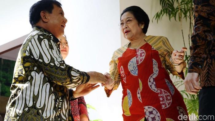 Ketum Gerindra, Prabowo Subianto, menyambangi kediaman Megawati Soekarnoputri. Ketum PDIP itu pun nampak tersenyum cerah menyambut Prabowo di kediamannya.