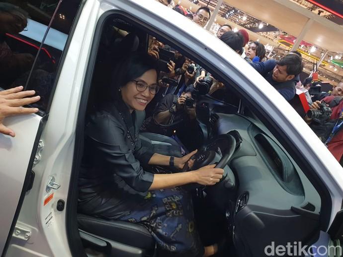 Sri Mulyani mengaku akan membeli Toyota Prius PHV GR Sport setelah ia tak lagi jadi pejabat negara. Foto: Luthfi Anshori