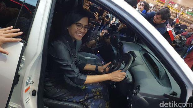 Menkeu Sri Mulyani melihat-lihat aneka mobil yang dipamerkan di GIIAS 2019 di ICE, BSD, Tangerang, Rabu (24/7/2019).