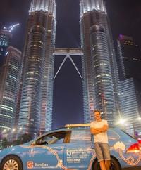 Dia juga mengabadikan fotonya saat berada di depan Menara Kembar, Malaysia. (plugmeintravel/Instagram)