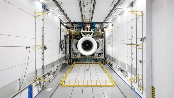 Ruang pengujian mungkin jadi bagian yang paling mengesankan dari Rolls-Royce Aerospace. Ruangan itu sangat luas dan panjang dengan fasilitas raksasa yang menahan mesin di tempatnya (Rolls Royce/CNN)
